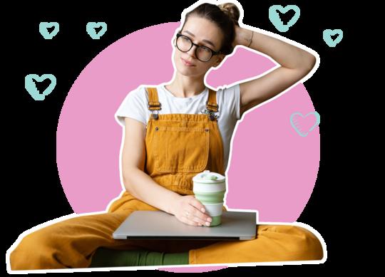 Träumende Frau mit Kaffeebecher in der Hand
