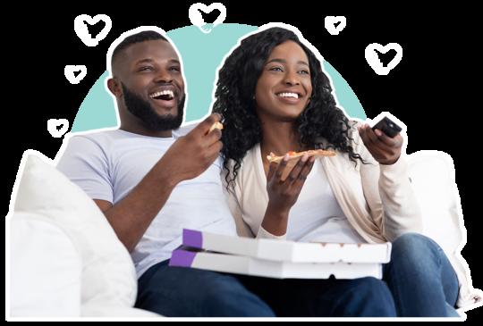 Frau und Mann genießen fröhlich ihre Lieblingssendung