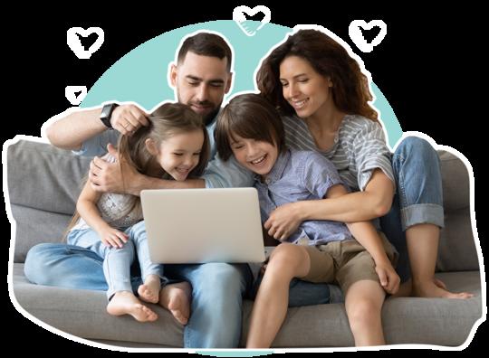 Fröhliche Familie sitzt auf dem Sofa mit Laptop auf dem Schoß